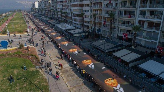 İZMİR'DE, 350 METRELİK ATATÜRK POSTERİYLE FENER ALAYI..