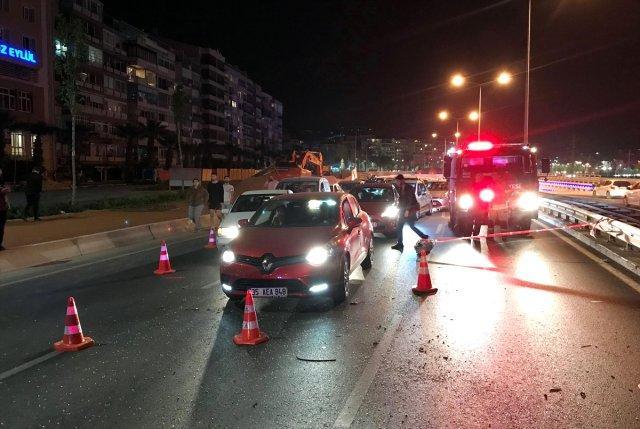 OTOMOBİL ELEKTRİK DİREĞİNE ÇARPTI, YOL KAPANDI..