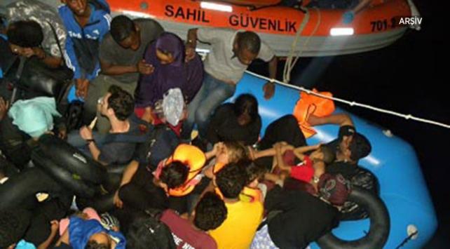 DİKİLİ'DE 42 KAÇAK GÖÇMEN YAKALANDI..