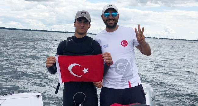 İZMİR'Lİ DÜNYA ŞAMPİYONU YELKENCİYE COŞKULU KARŞILAMA..