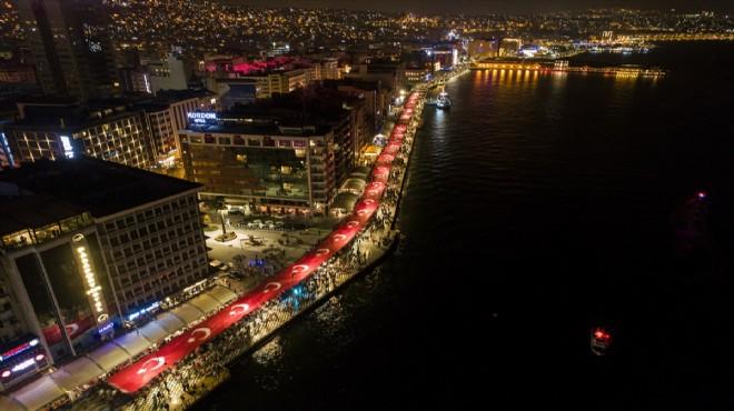 İZMİR'LİLER CUMHURİYET İÇİN 350 METRELİK BAYRAKLA YÜRÜDÜ..