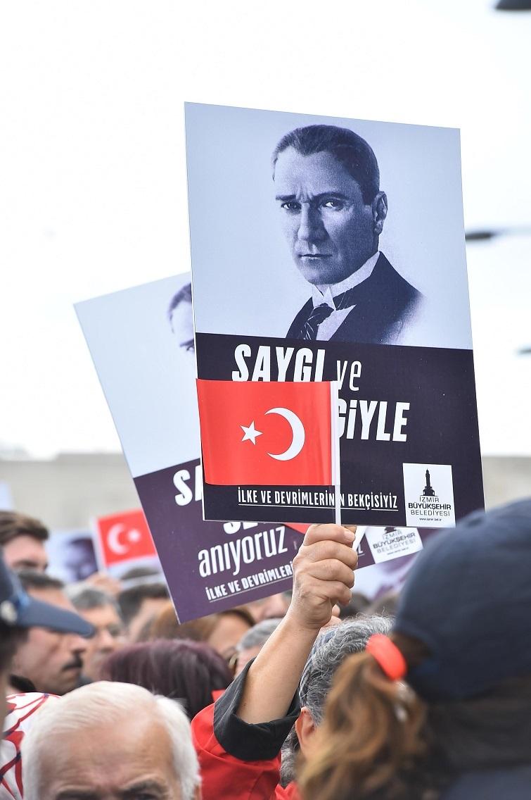 İZMİR'DE, BÜYÜK ATA'YA ÇOK ÖZEL ANMA...